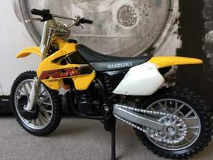 Modellino moto 1/24 suzuki rm 250