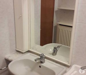 Mobile per bagno con due ante e specchio con mobiletto bianc