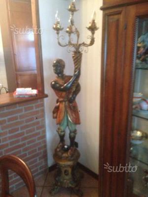 Statua in legno e lampada