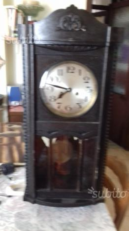 Orologio a pendolo molto vecchio