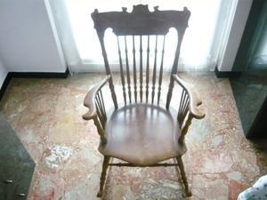 Sedia a dondolo in legno massello color noce, anni 50,
