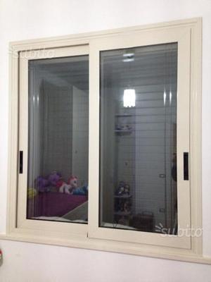 2 finestre in alluminio di colore avorio