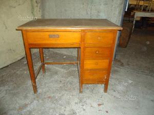 Piccola scrivania in legno chiaro posot class for Scrivania piccola