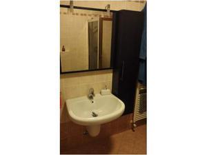 Mobile bagno con lavabo sospeso e rubinetteria
