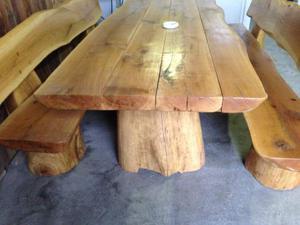 Tavolo con panche in legno massiccio