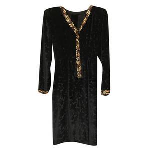 abito in velluto nero con bordi ricamati
