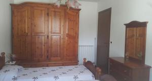 Camera dal letto in legno di pino massello tinta miele (come