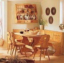 giropanca con tavolo e sedie e piattaia