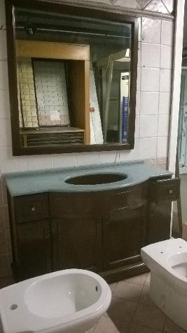 mobili bagno arte povera noce con marmo incasso