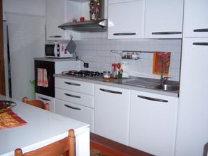 Cucina lineare colore bianco top nero posot class for Cucina lineare 3 metri
