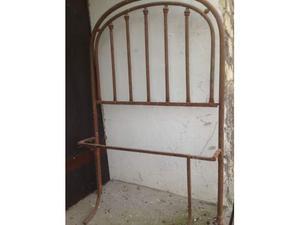 Antico letto ad una piazza in ferro battuto rivettato