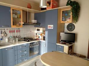 Sgabelli con penisola per cucina posot class - Smontare cucina componibile ...