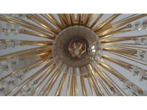 Lampadario in metallo color oro lucido decorato con pendenti