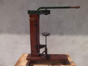 Macchina per imbottigliare in legno antica