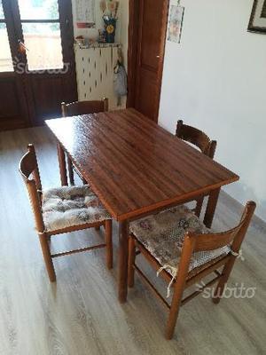 Tavolo allungabile colore noce chiaro con 4 sedie