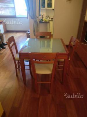 Tavolo con sedie in legno e pelle