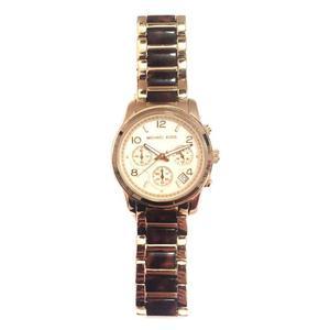 orologio dorato con cinturino maculato