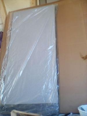pannelli divisori ricoperti in tessuto grigio chiaro.