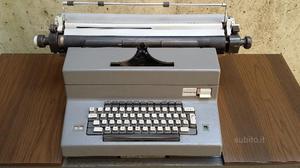 Macchina da scrivere Olivetti con scrivania