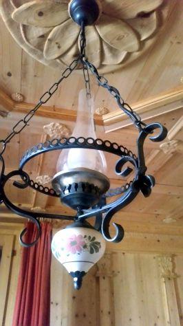 Lampadario in ferro battuto e ceramica