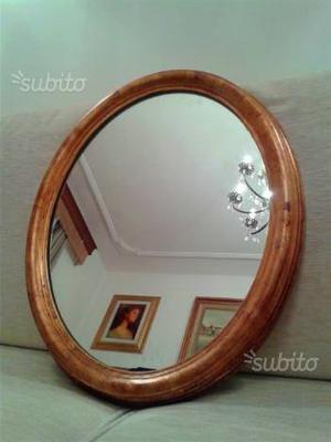 Specchio ovale con cornice dorata