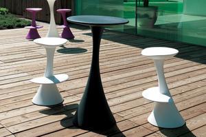 Regalo due tavoli e sgabelli alti milano posot class for Sgabelli di design