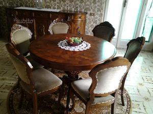Tavolo rotondo con sei sedie in stile