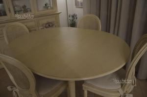 Tavolo stile provenzale con sedie