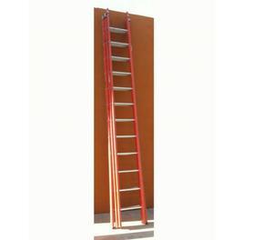 Scala triplex in legno con pioli in alluminio.