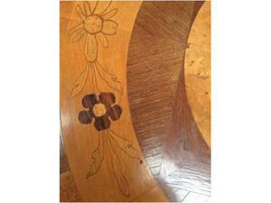 Tavolino rotondo in legno intarsiato
