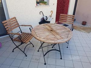 Tavolo con sedie in legno