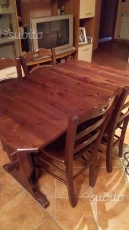Tavolo di legno con sedie