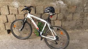 Bici Mtb con casco