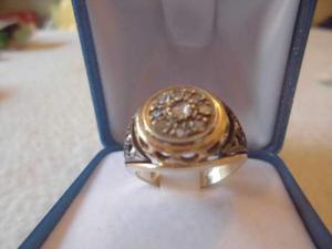 Anello in oro con diamanti a forma di toppa