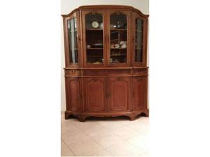 Mobile antico in legno decorato conservato