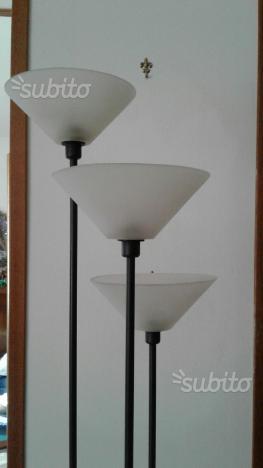 Piantana lampada a tre luci colore nero
