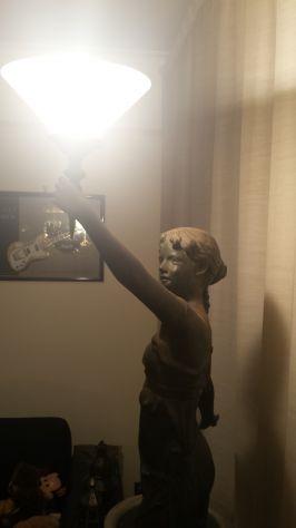 STATUA IN BRONZO DONNA CON LAMPADA IN STILE LIBERTY ANNI '70