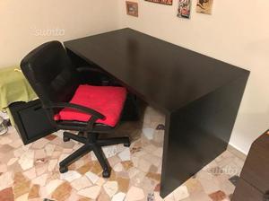 Scrivania e sedia da ufficio