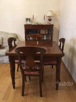 Tavolo allungabile con quattro sedie