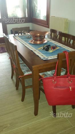 Tavolo allungabile e sedie in legno massello