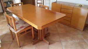 Tavolo rettangolare con quattro sedie