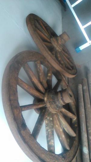coppia di ruote da carro in legno