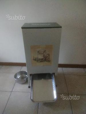 Distributore automatico cibo e acqua per animali