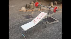Panca reclinabile con bilanciere e pesi