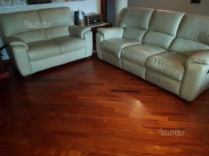 2 divani in pelle colore avorio