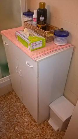 Specchio con luce, mobiletto bagno e box angolare per doccia