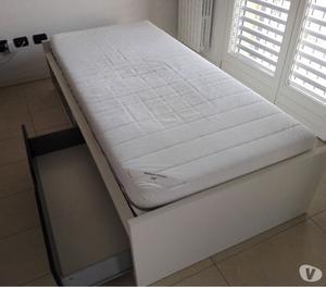 Letto singolo flaxa odda con cassettoni ampi posot class for Ikea letto flaxa