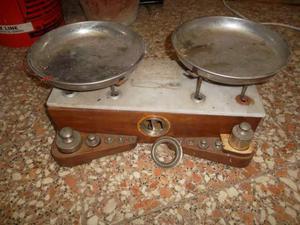 Antica bilancia a piatti (completa di pesi)