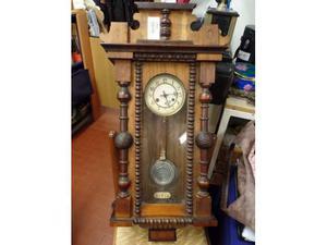 Antico orologio a pendolo carica a chiave