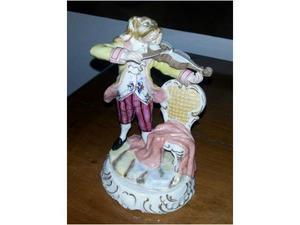 Figurina di suonatore di violino in porcellana policroma